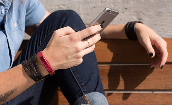 Jawbone UP3 Red фитнес-браслет на руке