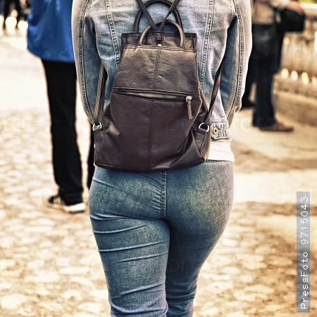 Накупила красивых платьев, но все равно ношу джинсы с кроссовками...
